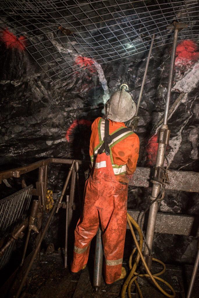 Mineur dans une puits souterrain - Wesdome Kiena